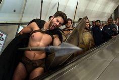 300 guerriers pas contents dans le metro de Londres