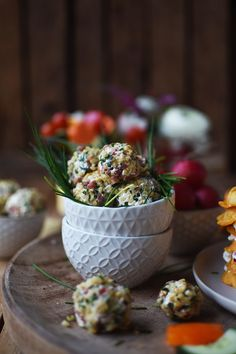 Schnelle Ideen für einen Frühlingsbrunch: Von Nuss-Bällchen bis Süßkartoffel-Waffeltorte und Blumen-Gemüse-Spieße,