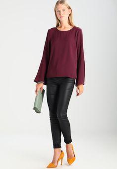 ¡Consigue este tipo de blusas de Vila ahora! Haz clic para ver los detalles. Envíos gratis a toda España. Vila VIBRAVA Blusa dark purple: Vila VIBRAVA Blusa dark purple Ofertas   | Material exterior: 100% poliéster | Ofertas ¡Haz tu pedido   y disfruta de gastos de enví-o gratuitos! (blusas, blusa, blusón, blusones, blouses, blouse, smock, blouson, peasant top, blusen, blusas, chemisiers, bluse, blusas)