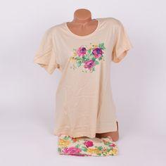 Памучна макси пижама от две части - горна част с къс ръкав и обло деколте, изработена в светлобежов цвят, декорирана с красиви цветя отпред в жълто и лилаво, и долна част къси панталонки, с ластик и връзка на талията, в същите цветове както горната част - бежово с цветя.