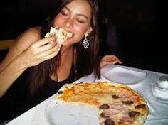 Resultado de imagen para personas comiendo pizza