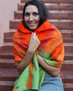 Questo bellissimo sciale di morbidissima e piacevole lana pura ti renderà più bella e unica, ti riscalderà distinguendoti dalla massa! Il bello di questi capi è anche l'originalita. State sicure che non incontrerete nessuna che indossa qualcosa di simile! 100% fatto a mano! Lo sciale e fatto di lana merino extra fine con l'aggiunta di pezzi di seta, fibri di sari, fibre di seta tussah e fibre di viscosa. Misura: 152x 46 cm.
