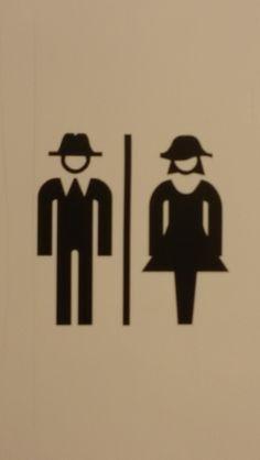 Hier moet je naar het toilet met een hoofddeksel op. Allard Piersonmuseum Amsterdam. Eigen foto. Maart 2015