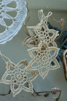 gwiazdki, gwiazdka, szydełkowe dekoracje, crochet decorations, christmas decorations, świąteczne dekoracje, dekoracje na choinkę, ozdoby choinkowe, pracownia A.D.Home Doilies, Hanukkah, Crochet Earrings, Christmas Decorations, Wreaths, Etsy, Future, Zapatos, Tutorials