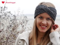 Anleitung: Twist-Stirnband mit Perlmuster stricken (mit Video) A headband with a twist made of thick wool is ideal as a knitting project for beginners. Free Knitting, Knitting Patterns, Crochet Patterns, Headband Pattern, Knitted Headband, Headband Hairstyles, Messy Hairstyles, Mermaid Shell, Twist Headband