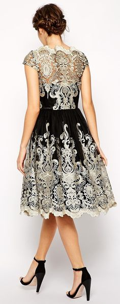 tolles Kleid für die feminin-zarte Frau: Taillenbetonung, weit schwingender, knielanger Rockteil, Spitze, geschwungene Muster