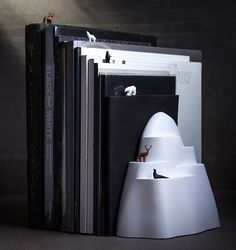 BOOK ICEBERG Place the mountain to separate your books into categories or to prevent them from falling. The small wild animals can also be used as a bookmark so you will always remember where you left off.