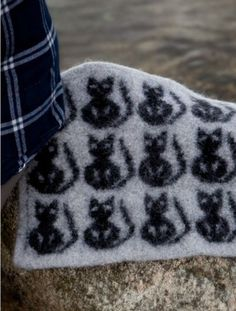 Ravelry: Sitteunderlag med katter pattern by Viking of Norway Free Knitting, Knitting Patterns, Crochet Crafts, Knit Crochet, Craft Projects, Projects To Try, Tapestry Crochet, Yarn Over, Threading