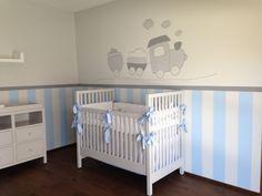 Justo algo así! los tonos de la pared, los muebles blancos con moños azules.