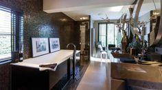 Top interieur stylist Eric Kuster zet zijn eigen droomvilla te koop. Zie foto's - Bekende Buren