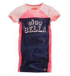 Z8 korte jurk met tekst CIAO BELLA aan de voorzijde. Model Bella. De jurk heeft korte, witte raglan mouwen en is voorzien van een accent van kant. Navy - NummerZestien.eu