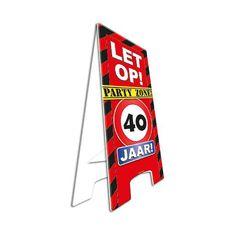 Waarschuwingsbord 40 jaar. Dit waarschuwingsbord is gemaakt van stevig karton en uitklapbaar. Zet het bord bij de ingang van het verjaardagsfeest en laat iedereen weten dat er een feestje is! Het bord is ongeveer 58 cm hoog.