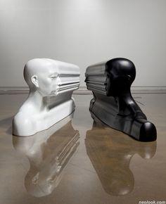 Esculturas surreais de um rosto só