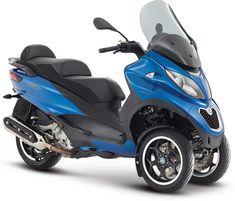 En version Sport, le scooter à 3 roues profite de superbes jantes bicolores