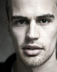 Kızlarr çok tatlı değil mi bende bayılıyorum Theo James :))))
