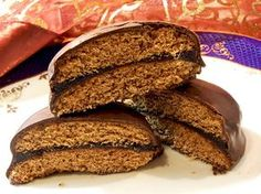Mézes puszedli (Gingerbread Cookies with Apricot Jam and Chocolate) Hungarian Desserts, Hungarian Recipes, Eastern European Recipes, Cake Recipes, Vegan Recipes, Eat Seasonal, Sweet Cookies, Food To Make, Sweet Tooth