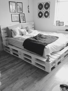 Now you have a great pallet bed tutorial, here are a couple of inspirational ideas on what you could do with pallets and DIY bed frames! So in case you have some pallets a bed isn't any more…Daha fazlası Pallet Bed Frames, Diy Pallet Bed, Diy Pallet Furniture, Wooden Pallet Beds, Furniture Ideas, System Furniture, Furniture Online, Cheap Furniture, Rustic Furniture