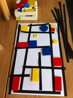 Mondriaan for toddlers: lay black paper bars and logo blocks on a white surface (take a picture, because the material is needed again). Piet Mondrian, Mondrian Kunst, Kindergarten Art, Preschool Art, Montessori Art, Montessori Elementary, Ecole Art, Fantasy Kunst, Process Art