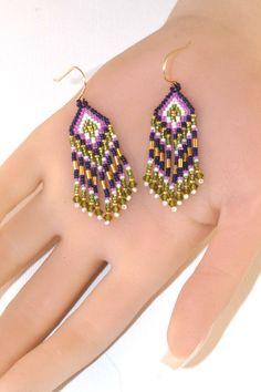 Purple Orchid groene en witte oorbellen - korte lengte Fringe - Beaded lichtgewicht - zaad parel oorbellen - 2,25 Inch Long - kroonluchter Earring