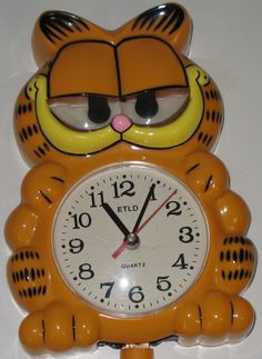 Garfield fans will love this vintage Garfield the cat wall clock -- Garfield's eyes and tail move back and forth. It's too cool! #garfield #1980s