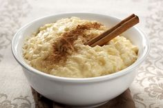 The best Spanish Food: Arroz con leche is the Spanish version of Rice Pudding, but it is widely believed that this dish has origins in Moorish cuisine. This simple Spanish dessert is enjoyed throughout the Spanish peninsular as well as across the world Quinoa Pudding, Slow Cooker Rice Pudding, Easy Rice Pudding, Rice Pudding Recipes, Rice Puddings, Stove Top Rice Pudding Recipe, Stovetop Rice Pudding, Homemade Rice Pudding, Protien Pudding