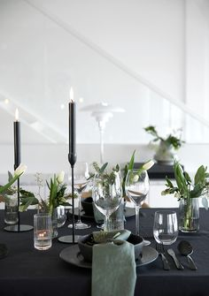 90 Modern Christmas Decoration Ideas That Classical M .- 90 moderne Weihnachtsdekoration Ideen, die die klassische Mischung aus luxuriö… 90 modern Christmas decorating ideas that are the classic blend of luxurious sophistication - Modern Christmas Decor, Decoration Christmas, Decoration Table, Simple Christmas, Christmas Home, Christmas Christmas, Christmas Table Settings, Christmas Tablescapes, Holiday Tables