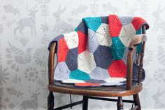 This free crochet afghan pattern uses hexagon blocks, so you can make a modern baby blanket or easily customize the size however you wish. When I was planning this crochet baby blanket pattern for some friends' Crochet Afghans, Motifs Afghans, Crochet Hexagon Blanket, Bag Crochet, Crochet Gratis, Chunky Crochet, Afghan Crochet Patterns, Free Crochet, Crocheted Blankets