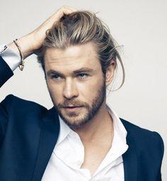 Chris Hemsworth mit mittellangen blonden Haaren