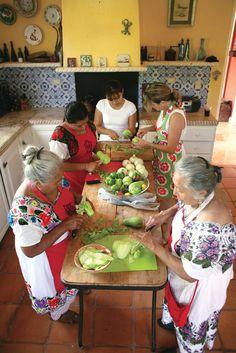 Cooking with the Generations. Yucatan, Mexico.  [ MexicanConnexionforTile.com ] #culture #Talavera #Mexican