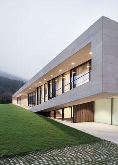 Casa larga en pendiente ligera / I/O Architects