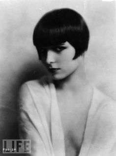Louise Brooks American dancer and actress in silent movies and talkies of the & an icon of the flapper era, who popularized 'the bob' haircut. portrait at age 20 by Edward Thayer Monroe Louise Brooks, Roaring Twenties, The Twenties, Vintage Hairstyles, Bob Hairstyles, Trendy Hairstyles, Hairstyle Images, Hairdos, Silent Film Stars
