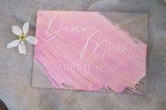 ✨ Dear Mum, I get it now... Ganz neu im Shop sind diese tollen fineart Acrylkarten aus Glas mit drei wunderschönen Aufschriften für die beste mama der Welt. Sie kommen mit einem passenden Kuvert, auf Wunsch in Pastellfarbe handbemalt undgerne schicken wir das hübsche Teil auch direkt zu deiner Mama. Das Beste ? Jede Karte kommt mit 2 Acrylstehern und verwandeln die Karte in ein tolles Dekoobjekt zum Aufstellen.. @die_macherei ✨ Beste Mama, I Got This, How To Get, Fine Art, Designs, Instagram, Unique Gifts, Pastel Colors, Light Rose