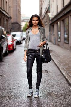 #Converse grigie con pantaloni in ecopelle nera #outfit