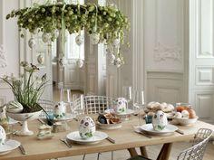WIELKANOCNY STÓŁ - inspiracje. Kolekcja wielkanocna legendarnej duńskiej manufaktury Royal Copenhagen. Porcelanowe jaja, dekoracyjne zawieszki i patera wykorzystana jako stroik wielkanocny - wszystko utrzymane w kolorze uniwersalnej, eleganckiej bieli, ozdobionej kwiecistymi, delikatnymi malunkami. Fot. Rosenthal.