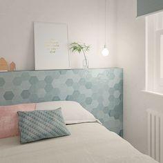 Zijn de keramische versie van de originele handgemaakte Marokkaanse tegeltjes. Deze hexagonale of zeshoekige wantegels zijn beschikbaar in een uitgebreid en levendig kleurpalet en op formaat 10,8 x 12,4 cm.  Deze aqua of waterachtig blauwe kleur is zacht van tint en heeft toch verschillende kleurschakeringen.  Kunnen geplaatst worden als muurtegels in een toilet, badkamer of ook als keuken spatwand. Home Design, Aqua, Bed, Furniture, Home Decor, Wall Tiles, Wall Cladding, Grey Wood, Hexagons