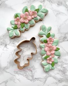 Swipe left to see which cutter from I used with the method to achieve this flower cluster. Mother's Day Cookies, Crazy Cookies, Summer Cookies, Fancy Cookies, Iced Cookies, Cute Cookies, Easter Cookies, Birthday Cookies, Royal Icing Cookies
