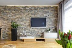 Obkladaná stěna s TV