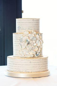 Bolo para casamento vintage: A decoração com texto deu uma vibe super vintage para esse bolo.
