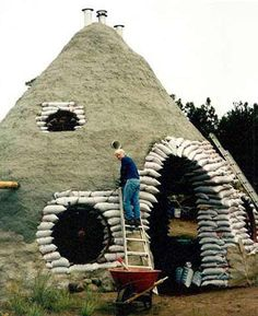 34 Fantastic Hobbit House Design Ideas With Most Beautiful Décor Eco Construction, Construction Business, Construction Birthday, Earth Bag Homes, Earthship Home, Papercrete, Underground Homes, Tadelakt, Natural Homes