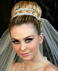 Clássico coque com fino acabamento de cristais e trança, para noivas que gostam do tradicional... #noivas #penteado #maquiagem #casamento