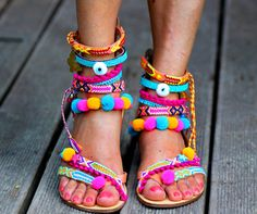 Our 'Let it be' sandals are made with summer festivals in mind! Colorful pom poms, even more colorful friendship straps, little stars, butterflies and evil eyes that are meant to brighten your day –every step of the way. With the comfortable 'Let it be' Borsis sandals on your feet and your