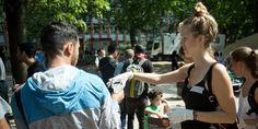 Eine Helferin teilt Wasser aus