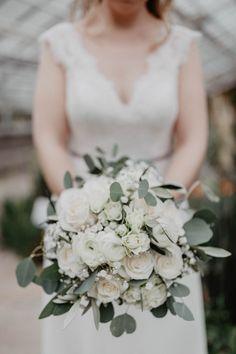 Ein wunderschöner Brautstrauß, passend zum Vintagemotto. Weiß-grün  #greenery #brautstrauß #brautstraußvintage #weißerosen #Brautstraußweiß #Euralyptusstrauß #Brautshooting #Hochzeitsblumen