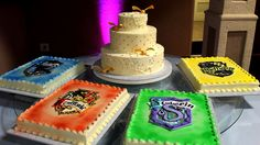 Harry Potter wedding cake with house cakes Harry Potter Wedding Dress, Harry Potter Dress, Harry Potter Food, Harry Potter Birthday, Round Wedding Cakes, Round Cakes, House Cake, Buttercream Wedding Cake, Cool Birthday Cakes