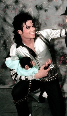 Michael and bubbles Michael Jackson Wallpaper, Michael Jackson Bad Era, Janet Jackson, Michael Jackson And Bubbles, Bad Gyal, The Jacksons, Beautiful Smile, American Singers, My Idol