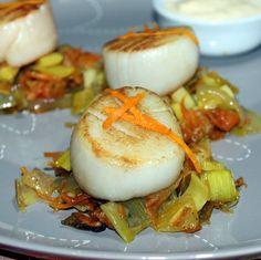 Nettoyez les légumes, râpez la carotte, émincez les poireaux et un oignon. Faites fondre le beurre dans une poêle, ajoutez les légumes, couvrez et laissez cuire à feu doux pendant une vingtaine de minutes...