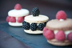 Yummy macarons with blackberry and raspberry. Perfect for your wedding sweet table. Designed by Suesse Boutique Austria Blackberry, Raspberry, Macarons, Austria, Cheesecake, Boutique, Sweet, Desserts, Wedding