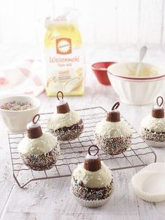 foodies-Weihnachtsbäckerei: Weihnachts-Rumkugeln Rum balls – these are really cool rum balls from the foodies Christmas bakery Best Christmas Appetizers, Christmas Desserts, Christmas Baking, Christmas Decorations, Lemon Recipes, Sweet Recipes, Christmas Hot Chocolate, Winter Desserts, Xmas Food