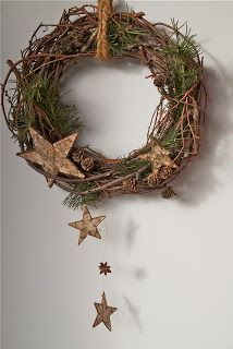 Věnec - could wrap with pip berry garland then the stars. love how acouple hang down