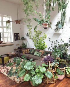 """841 curtidas, 8 comentários - DIY Home  (@diyhomebr) no Instagram: """"Olha que linda essa sala de estar cercada de plantas, um verdadeiro refúgio. Fonte: @jamies_jungle…"""""""